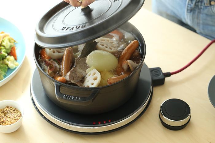 ホットトリベットは料理に合わせて5段階の火力出力調整ができるので、鍋料理・シチュー・カレーなど幅広い料理が楽しめます。コードは簡単に着脱できるマグネット式を採用しているため、手足を引っかけた時も安心です。また、ホットトリベットにはワイヤレスコントローラーが付いており、どこからでもスマートに温度調節できるのも嬉しいポイント。おしゃれで便利なIH調理器は、これからの季節大活躍すること間違いなしです。
