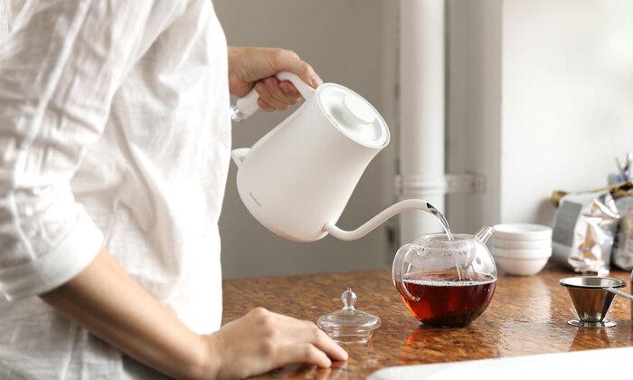 容量0.6ℓの電気ケトルはコーヒー3杯、カップヌードル2杯分のお湯を沸かすことができ、女性でも扱いやすい程よい大きさです。持ち手部分には電源ランプが付いており、ほんのりと光る優しい灯りが目を楽しませてくれます。湯切れの良いノズルや手に馴染むハンドルの形状など、使いやすいように細かい部分までこだわってデザインされています。デザイン性と機能性を兼ね備えた素敵な電気ケトルがあれば、食事やお茶の時間がさらに楽しくなりそうですね。