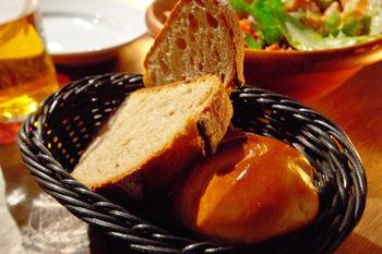ディナータイムでは、お通しとしてしっとりした絶品のパンがおかわり自由で楽しめます。そのため、お肉やお魚、野菜を一緒に注文して、パンとの相性を味わうこともできるんです♪