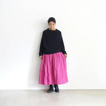 ヴィヴィッドなピンクはブラックコーデの差し色としてもおすすめ。ふんわりスカートなら女性らしさが一層プラスされます。