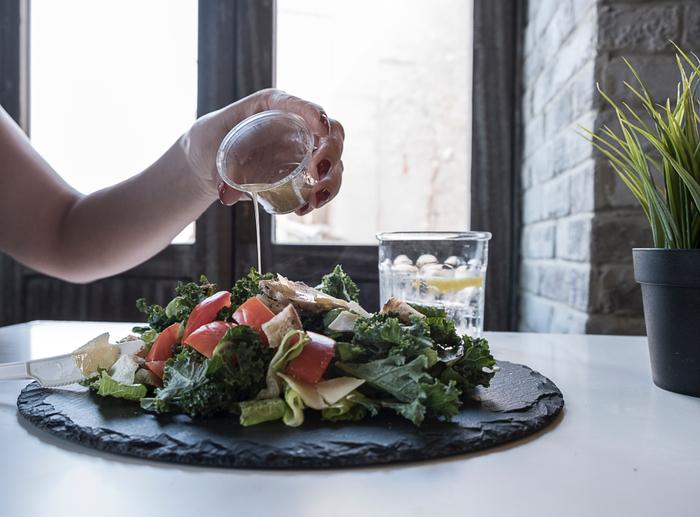 ドレッシングで和えてから時間がたつと野菜が変色してしまったり、ドレッシングに含まれる塩分で水気が抜けてしなびてくるだけでなく、水分でドレッシングが薄まり味がしなくなります。ですので、盛り付ける直前に空気を含ませるようにササッと和えるのがポイントです。