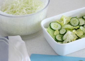 葉物野菜はしっかり水切りをすることが、サラダを美味しく作るコツ。サラダスピナーを使うことで、野菜の傷みが少なく、水っぽさも防げます。これを使うだけで格段に美味しいサラダが作れるから、マストです。