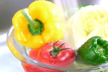 大きなボウルに水を張って野菜を入れ、何度か水を変えながら洗います。レタスなどの葉物野菜は、使う分だけ外側から取って、カットせずに30分ほど水にを浸けておきます。カットしてしまうと栄養分が出てしまうので注意。