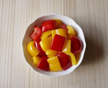 赤と黄色のパプリカを使ったピクルス。最低一時間は漬け込むと味が馴染みます。