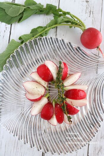 ラディッシュをハーブと塩で揉んで浅漬けに。シンプルな味付けで素材の味が映えます。色鮮やかなので洋食の簡単副菜に便利です。