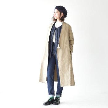 落ち着いたベージュコートに、黒ベストや合わせたハンサムなコーデ。襟のないシュッとしたコートとベストなので、重ね着をしてもスマートな印象です。