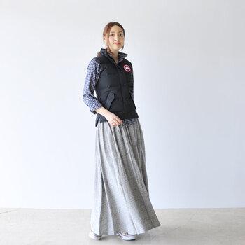 インナーには襟付きシャツ、シルエットのすっきりとしたロングスカートをチョイス。ダーク色のベストを羽織れば、大人っぽく、かつ女性らしい雰囲気に。カジュアルなベストも、色味や合わせるアイテムでこんなに上品なスタイルが作れるんです。