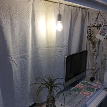 照明を付ければ、デスクスペースが明るくなって作業もしやすくなります。