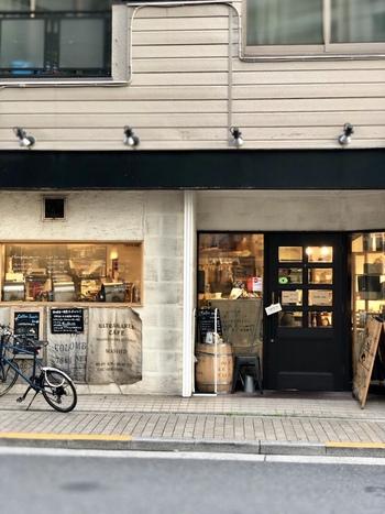ハンドドリップで丁寧に淹れられたコーヒーを提供してくれることで定評のある「珈琲や 三鷹工房」。店内で焙煎しているのでコーヒーの香ばしい香りにつられて足を止めてしまう方も多い有名店です。