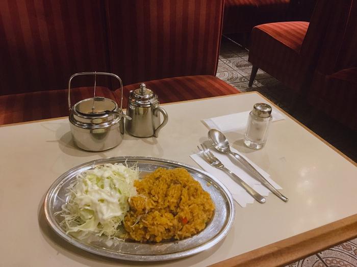 アルミのお皿がレトロなドライカレーも人気メニューの一つです。新宿の喧騒を抜けて、大好きな本とコーヒーと美味しいランチ。贅沢な時間を過ごしてくださいね。