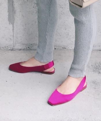 ヴィヴィッドピンクのシューズは、足の甲を綺麗に見せてくれる効果があります。また、洋服で取り入れるのに抵抗がある方はこのようなシューズを選んでみてはいかがでしょうか。