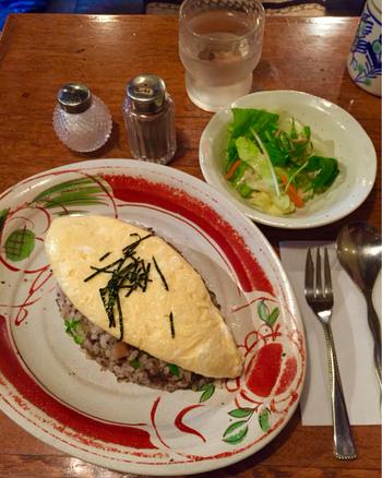 最近テレビでの登場も多い噂のオムライス。五穀米の和風なご飯の上にふんわり乗ったオムレツ。山椒を振りかけて卵を開くようにしていただきます。とろり溢れる半熟がたまらない美味しさ!