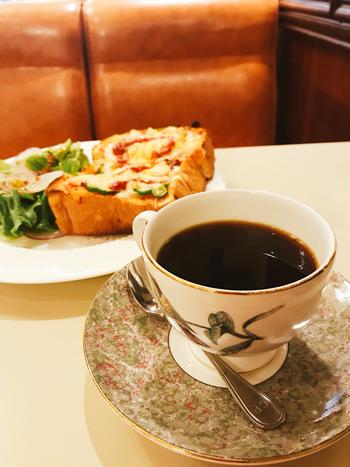 ジョンレノンやオノヨーコ、芥川龍之介や谷崎潤一郎。数々の著名人が味わったカフェーパウリスタのコーヒー。そんな高貴なコーヒーと共に頂けるのが厚切りでとろりチーズがたまらないピザトースト。