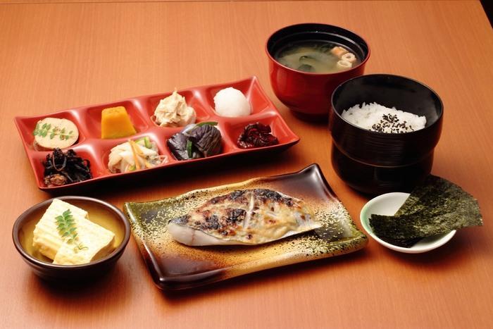 朝ごはんは8:30から利用でき、お魚かお肉の御前が楽しめます。錦平野でも人気のお惣菜8品、お味噌汁、ごはんなどしっかりとしたボリュームのある定食を楽しめます。
