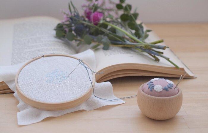 難しく考える必要は全くなし◯ 針と糸さえあればOKです。  「紙に刺繍!?」とお思いの方もいらっしゃるかもしれませんが、実はとても簡単にセンスよく手作り感をプラスできる方法なんですよ。