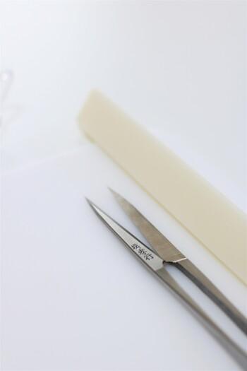 小さな鋏や定規のような線をつける道具を使います。体験コースは約1時間。