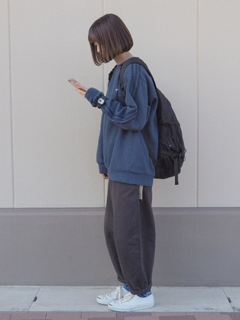 """靴下を全部見せるのではなく、靴とボトムスの間から """"色""""をアクセントとして見せる方法も、靴下コーデの楽しみ方のひとつ。青色の靴下は、ネイビーやグレーなどの寒色系のコーデにあわせることで馴染みながらもおしゃれな着こなしができますよ。"""
