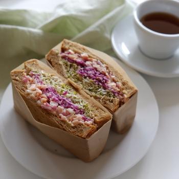 シャキシャキのスプラウトに鮮やかな紫キャベツのサラダとピンクのハムサラダをたっぷり挟んで。食感と彩り、ダブルで楽しめるおしゃれなサンドイッチです。
