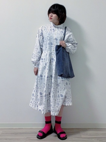 深みのある青みピンクは、かわいらしすぎず、大人女性にぴったりなカラー。いつもの白のワンピースでもワンランク上のおしゃれが楽しめそう。革靴とあわせて上品にまとめても似合いそうです。