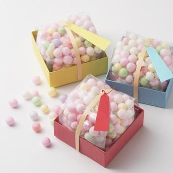 こちらのお菓子は、讃岐地方に嫁入り菓子として伝わる「おいり」というものです。明るい色味のカラフルなお菓子は、華やかでご挨拶の手土産にもぴったり。賞味期限も長いので安心してお渡しできますね。