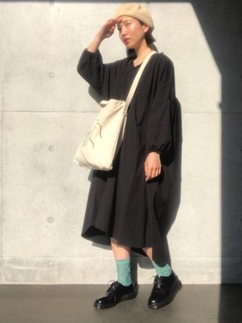 先にご紹介したシックなグリーンとは異なり、こちらは爽やかなミントグリーン!黒のワンピースや革靴のいいアクセントになっていますね。靴下で明るい色を楽しむお手本のようなコーディネートです。