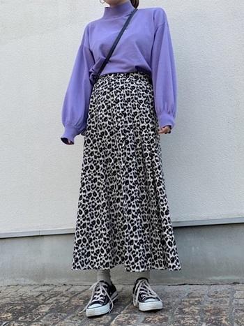 レオパード×パープルのニットを引き立てるシルバーの靴下は、コーデのアクセントとして大活躍。単色で見ると派手に感じるかもしれませんが、お洋服のよさを引き出す万能カラーです。