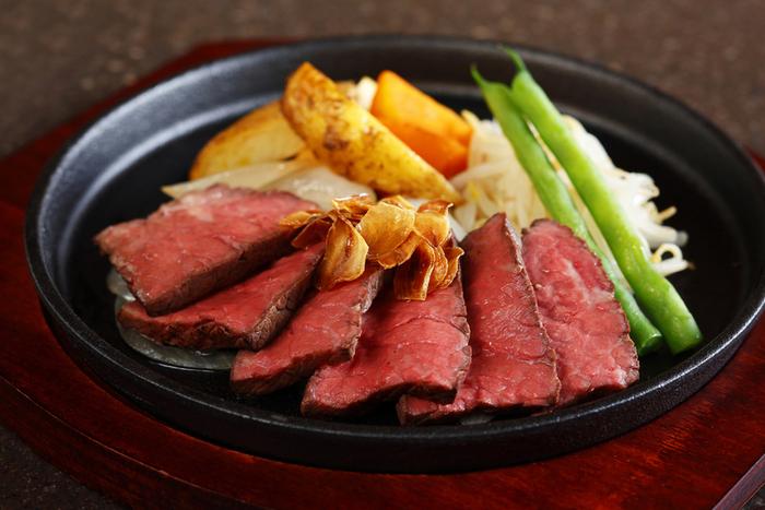 ランチやディナーでは、ステーキや海鮮焼きなど鉄板を使った料理や、熟練の職人が作る和食などが提供されるお店です。