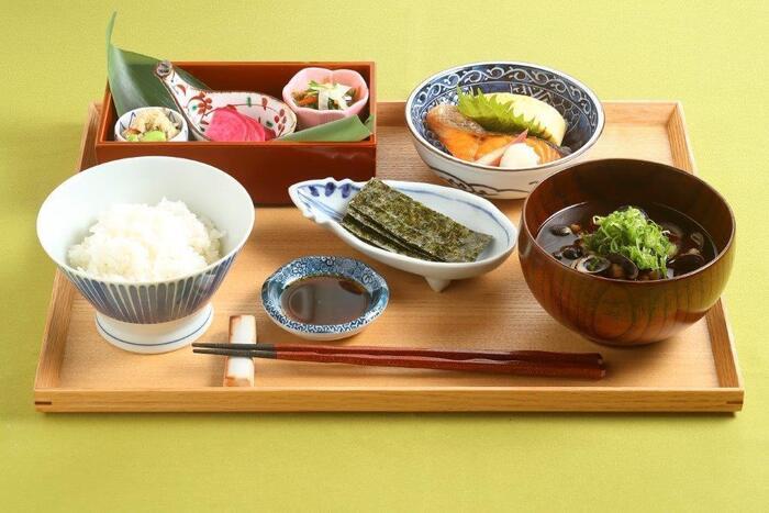 モーニングでは、定番ながらもしっかりと手作りされた朝食をいただくことができます。お味噌汁は具が多く、しっかりとダシが効いており、お米はコシヒカリ産で大変美味しいと評判です。京都観光の前の朝食としてぴったりですよ。