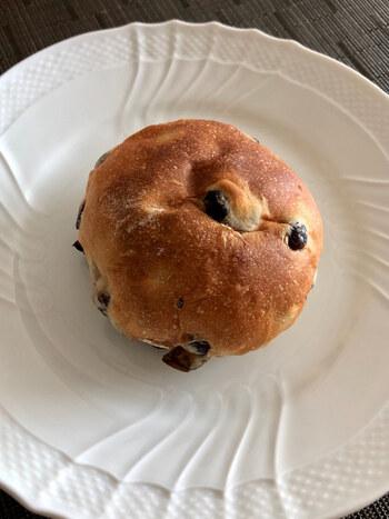 お店を代表する和風パンのひとつが「豆パン」です。赤えんどう豆がたっぷり入っていて、ホクホクした食感とほのかな甘さ。卵や乳成分を使用せず、豆乳やオーガニックの植物油脂を使っているのでヘルシーなのもうれしいですね。