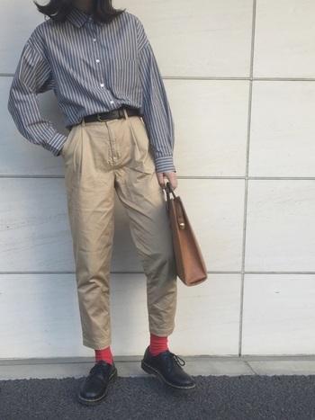 マニッシュなスタイルに赤色の靴下をプラスすれば、少年のようなスタイルに。靴下にリンクさせて、マフラーやニット帽も赤色であわせてあげてもおしゃれになりそう。