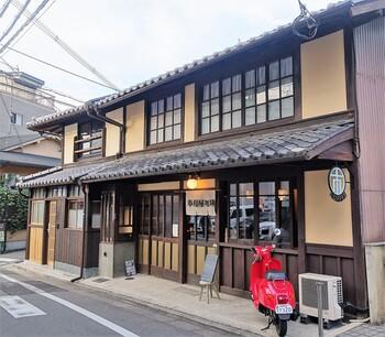 建築されて200年にもなる町家をリノベーションして作られた、雰囲気の良い人気カフェです。清水寺や六波羅蜜寺など観光スポットからも行きやすい場所にあります。