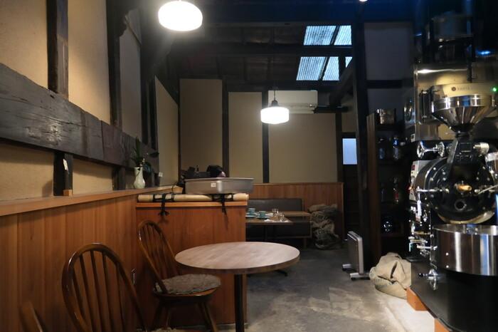 店内にはコーヒー豆の焙煎機もそのまま置かれており、良い香りが店全体に広がっています。ウッド調で天井も高く、常にお客さんで満席です。