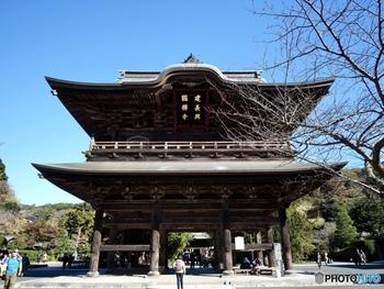 鎌倉と北鎌倉のちょうど中間地点に位置する「建長寺」。境内に一歩足を踏み入れた瞬間の圧倒的な存在感はなんとも言えない感動を与えてくれる歴史深いお寺の一つです。