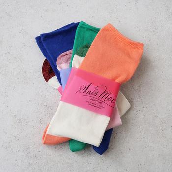 ポップでレトロな3色の切り替えがかわいらしい「SUIS MOI(スイ モア)」の靴下は、ラメ糸を使ったつま先部分もポイントになるので、サンダルとあわせるのもおすすめです。見せる部分によって印象が変わるのでコーデを組むのが楽しくなりそう。