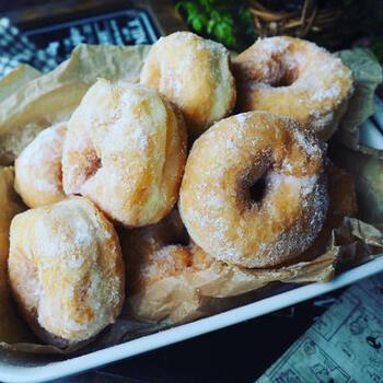 ふわふわで美味しいイーストドーナツ。レンジでの発酵ではなく、ホームベーカリーを使って丁寧に発酵させて作るので、美味しさも格別♪時間のある休日の午後は手間をかけて美味しいおやつにチャレンジするのも良さそう。