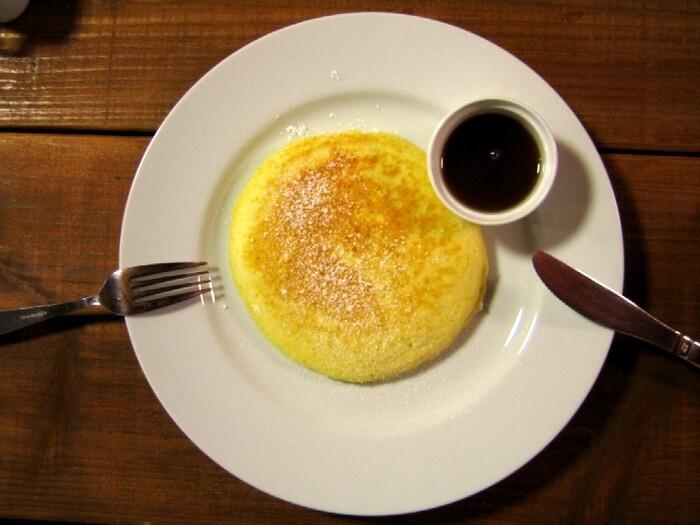 朝ごはんとしては、プレーンのパンケーキとコーヒーのセットもおすすめです。まあるく焼き上げられたシンプルでふわふわのパンケーキに、メイプルシロップが最高の一品です。