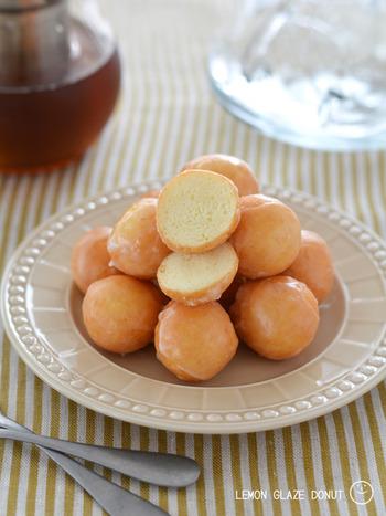 ホットケーキミックス、米粉、無糖のヨーグルト、レモンの果汁で作る、さわやかなレモンの香りが食欲をそそる、ふんわりドーナツ。一口サイズの見た目は、可愛らしいだけでなく、作りやすく揚げやすく食べやすいので、時間がないときでも簡単に作れて◎。