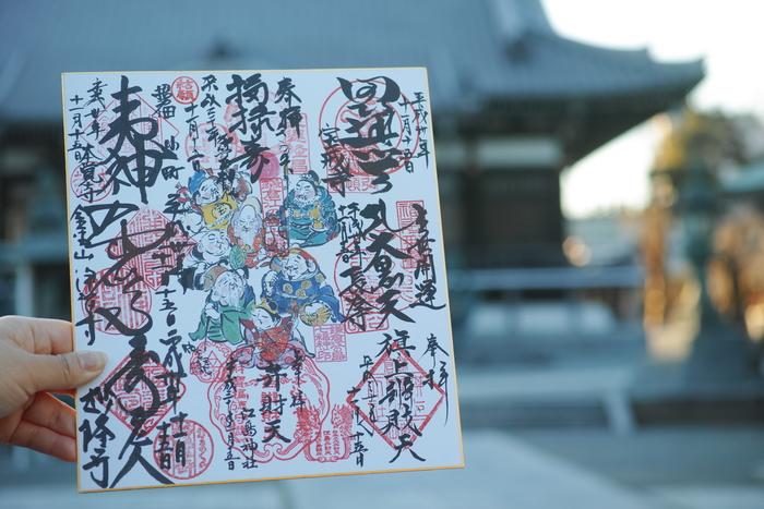※筆者撮影  江ノ島から北鎌倉、鎌倉と一日あればゆっくり回ることができる七福神めぐりもオススメです。完成した色紙は圧巻!各お寺に祀られている七福神の表情も豊かで、街並みや景色も楽しめるのでゆっくり散策しながらでも存分に楽しむことができる体験の一つです。  専用の色紙や御朱印帳は、在庫がない場合もあるそうなので、一番最初に訪れる場所に事前に確認すると安心ですね。
