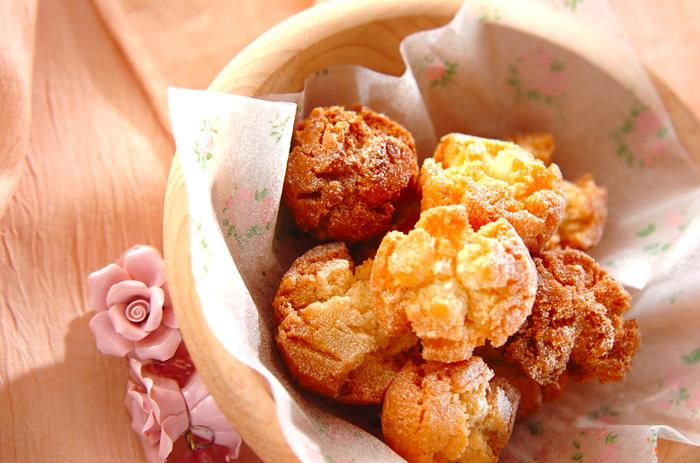 米粉、ベーキングパウダー、豆乳、バニラエッセンスなどで作る素朴な味わいのドーナツ。自然と入ったヒビも、小さな花のようで、テーブルを明るく彩ってくれそう。
