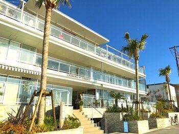 由比ヶ浜海岸に隣接している材木座海岸。その目の前に位置する人気ショップが集う「材木座テラス」。