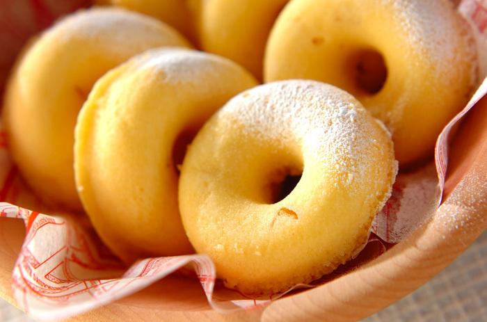 ホットケーキミックス、白玉粉、甘露煮の栗などで作る、もちもちの食感がヤミツキになるヘルシーなドーナツ。しかも、揚げることもなく、オーブンも使わず、レンジで作れるのも◎。