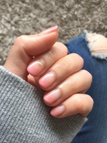 爪先にかけてちょっとだけグラデーションになったネイル。よく見ないとわからないくらいですが、さりげなく血色のいい爪に見せてくれます。