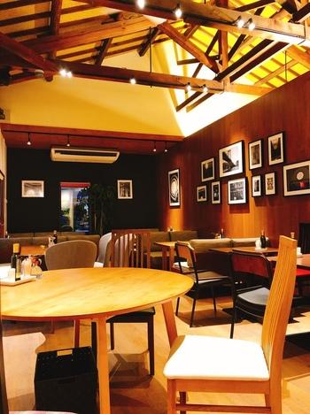 京都から奈良へ向かう国道沿いにある、広々とした開放的なカフェです。木をベースにした造りで、天井が大変高く寛ぎの空間です。