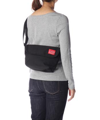 『カジュアルメッセンジャー』は定番人気デザイン。最も小さいXSサイズは女性の体型にも収まりがよく、普段使いにちょうどいい大きさです。フラップの開閉は強力なベルクロ仕様。ファスナー付きの内ポケットもあるので安心です。