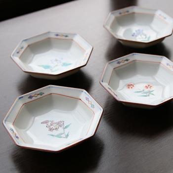 手にすっぽりと収まる9㎝の可愛い豆皿は、醤油やタレを入れる器としても、酢の物などの副菜を盛る器にもちょうどいい大きさです。食器としてはもちろんのこと、インテリアとして棚に飾るのも素敵ですよ◎。様々な使い方が楽しめる素敵な八角花紋小皿は、大切な方へのギフトにもおすすめです。