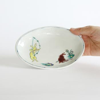 こちらは京都・高山寺に伝わる平安・鎌倉時代の絵巻、「鳥獣戯画(ちょうじゅうぎが)」をモチーフにした可愛い小皿です。器には絵巻全4巻の甲巻きに出てくる、賭弓をおこなう2匹のうさぎが描かれています。墨絵の原画を色絵でアレンジした、モダンでおしゃれなデザインが印象的です。