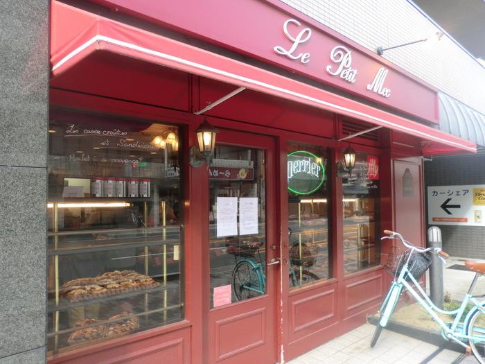 京都の今出川にある有名なベーカリーショップです。今出川はパン屋さんが多く、激戦区ともいわれています。赤いテント屋根が目印のル・プチメックは、京都にいながらフランス気分を味わえるお店で、通称「赤メック」と呼ばれています。金~日のみ営業しているため、いつもたくさんのお客さんで賑わっています。