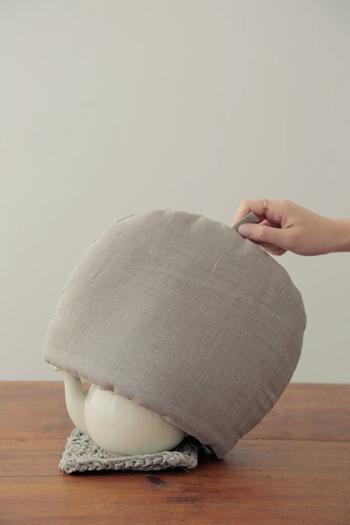 たっぷりの綿が入ったティコゼーは、ポットをしっかりと保温してくれる便利なアイテム。リネンのティーコゼーはシンプルで、どんなポットにもよく似合います。