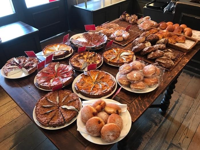 店内には美味しそうなパンやタルトがずらっと並んでいます。どれも素敵な商品ばかりなので、ついつい色々と買いたくなってしまいますよ。もちもち感のあるパンが多いと大人気です。