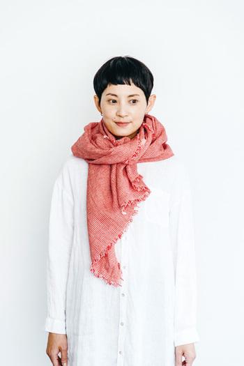 マルチクロスとしても使えるたっぷりとしたスカーフ。すこし肌寒くなるこれからの季節に、ラフにぐるぐる巻けるスカーフは重宝します。バッグにいつも忍ばせておきたくなる一枚です。